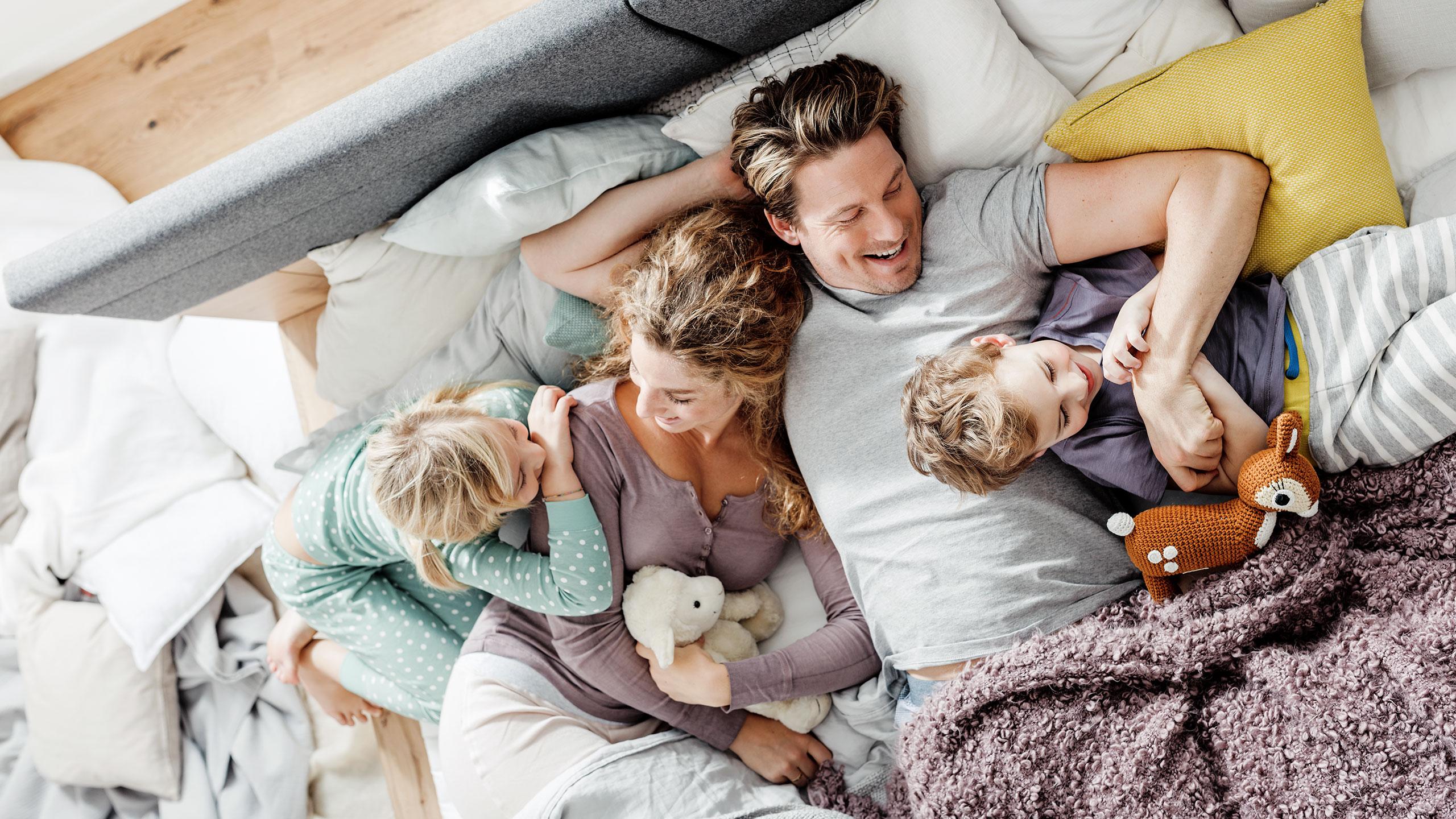 Interliving-Schlafzimmer-Familie-kuschelig-Bett
