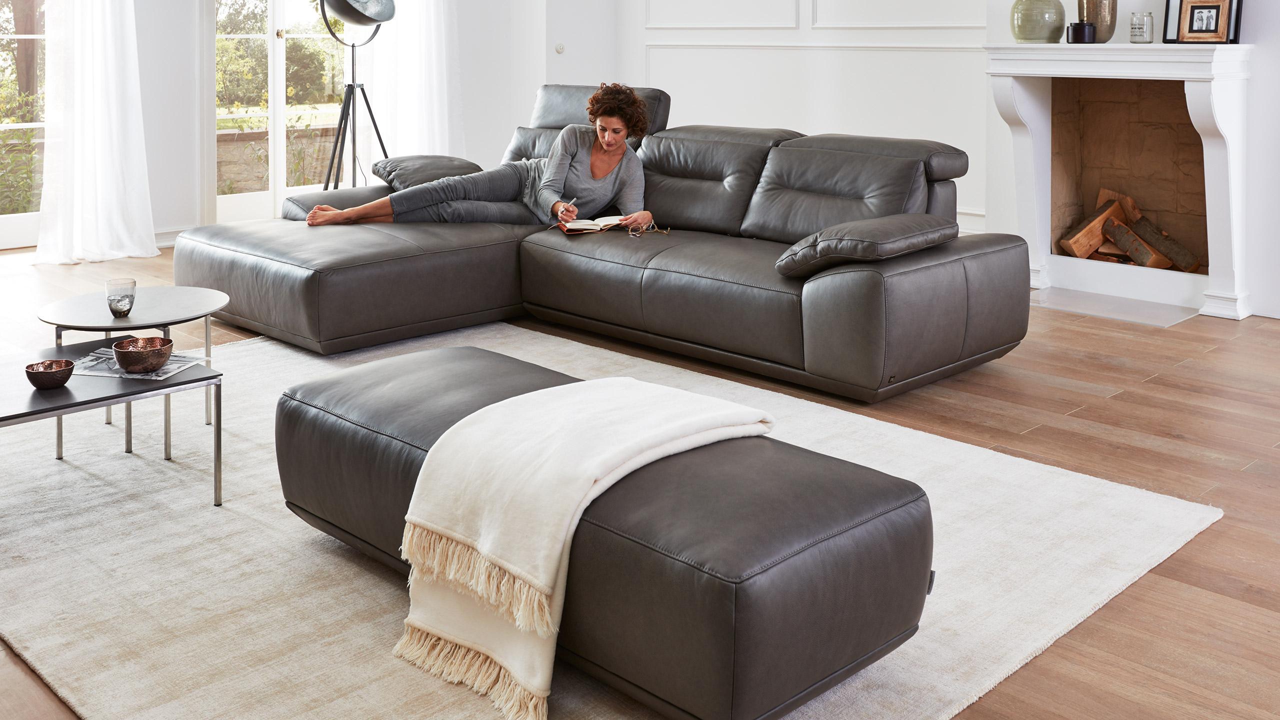 Interliving-Sofa-Serie-4000-Leseplaetzchen-lesen-Sitzhocker-Lieblingsplatz_Leder