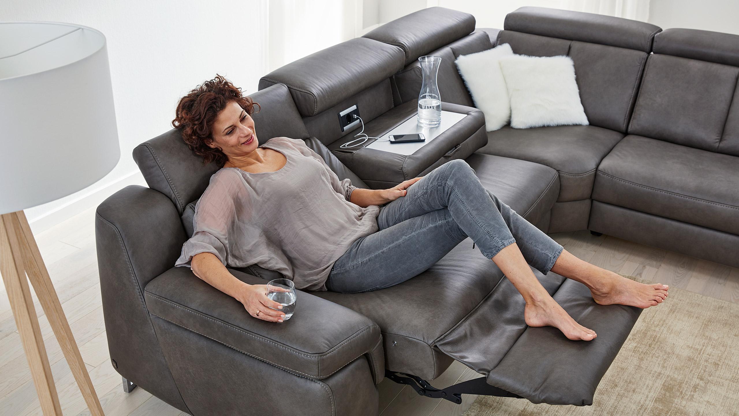 Interliving-Sofa-Serie-4050-Lesen-Wall-free-Knopfdruck-Stromanschluss-Leder
