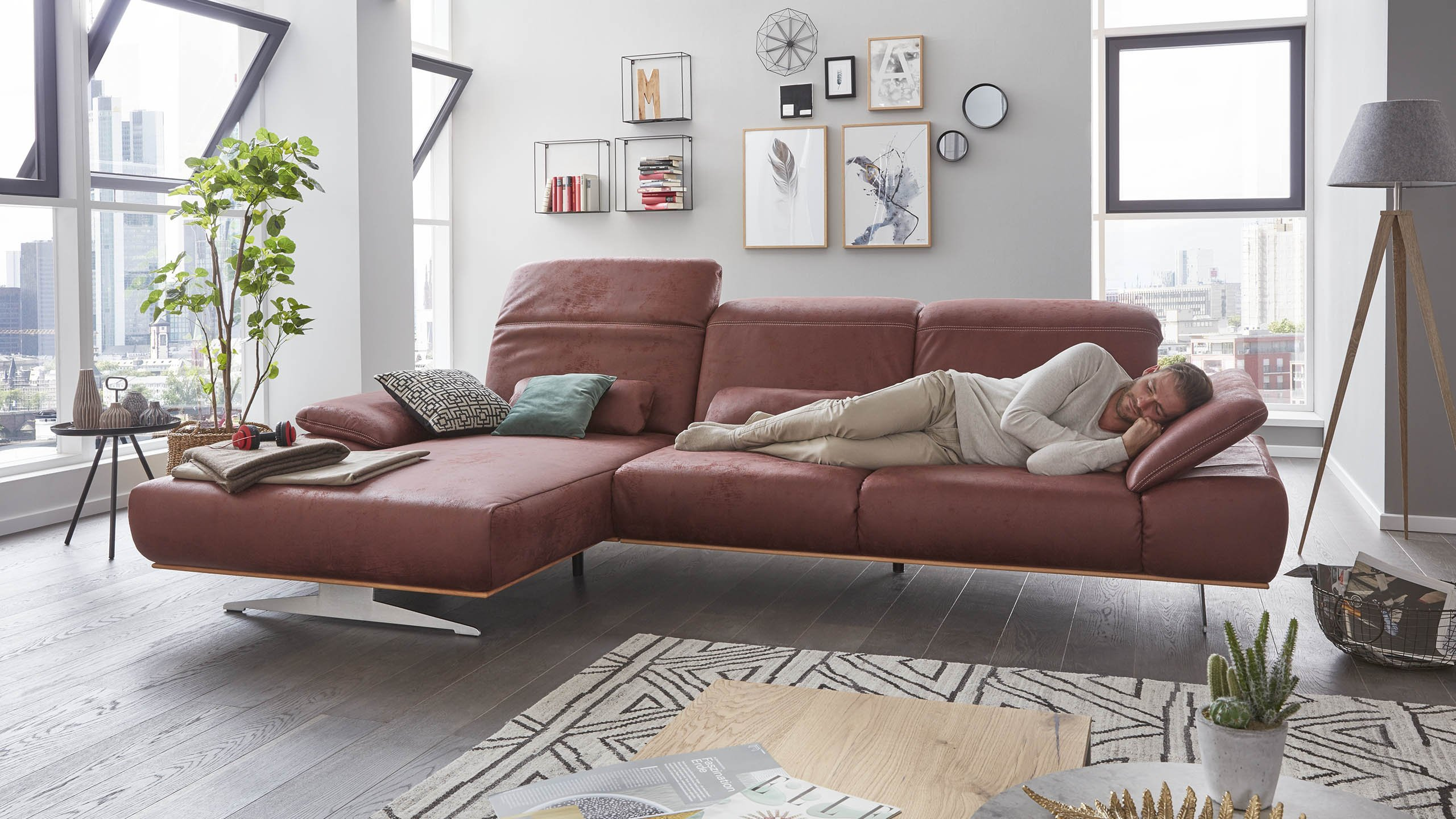 Interliving-Sofa-Serie-4300-Armlehnenverstellung