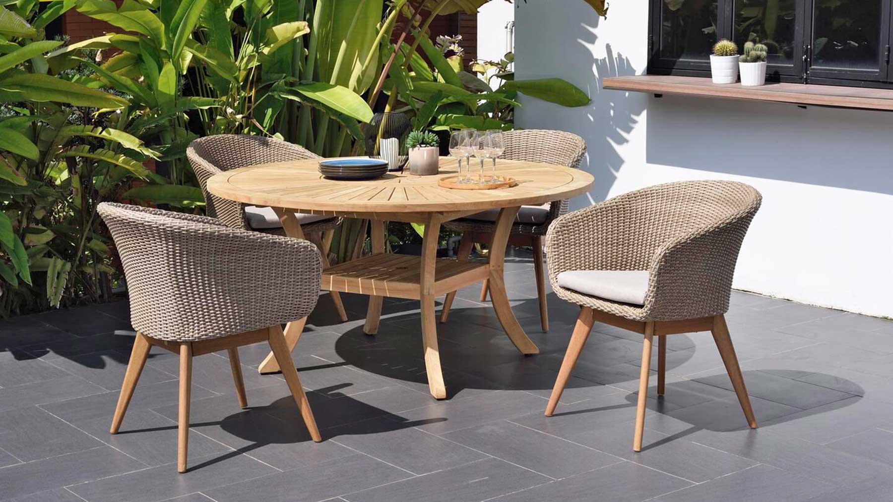 Gartenmöbel aus Holz vier Stühle und ein Tisch