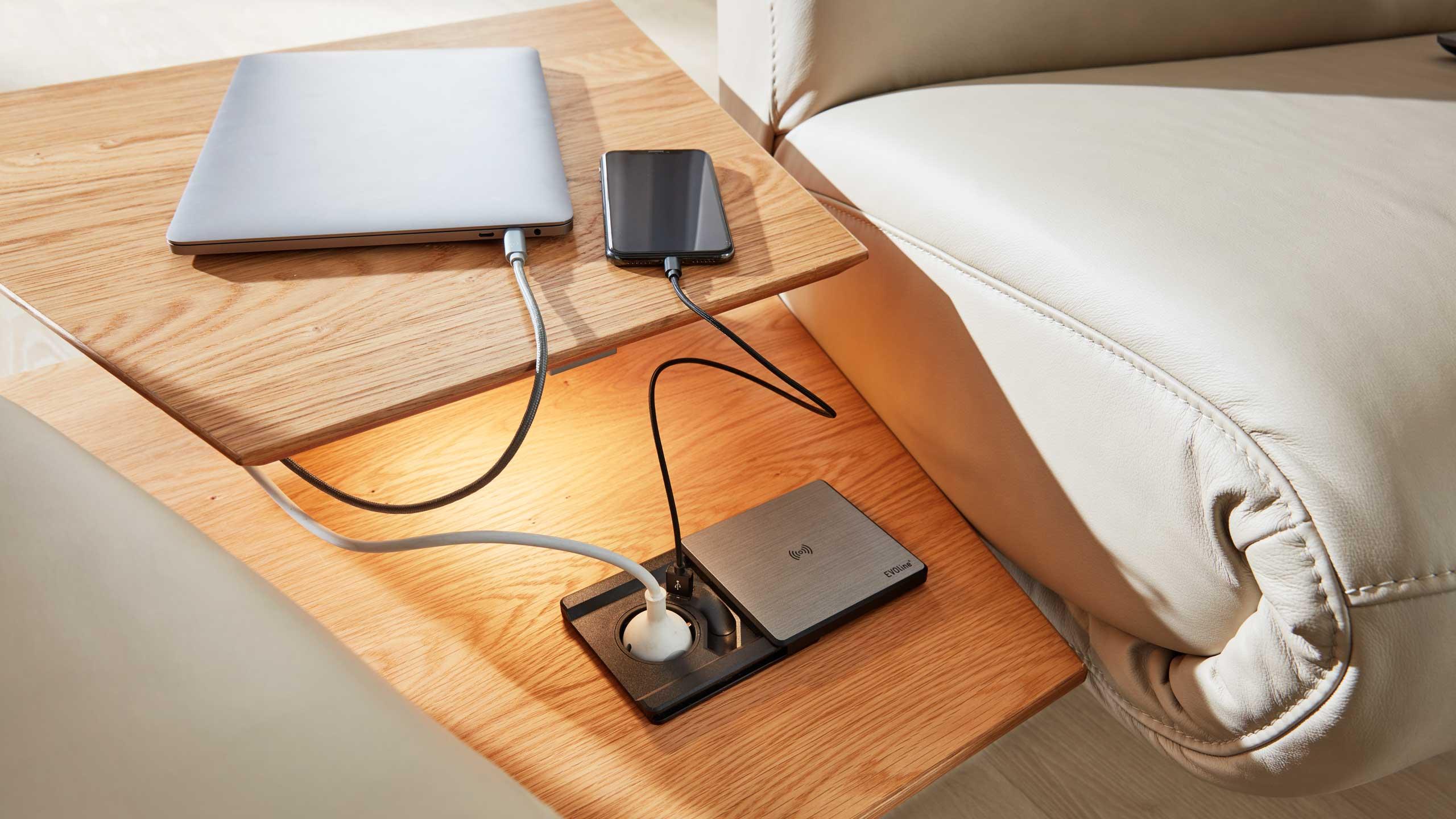 Interliving Sofa Serie 4230 mit induktiver Ladefunktion