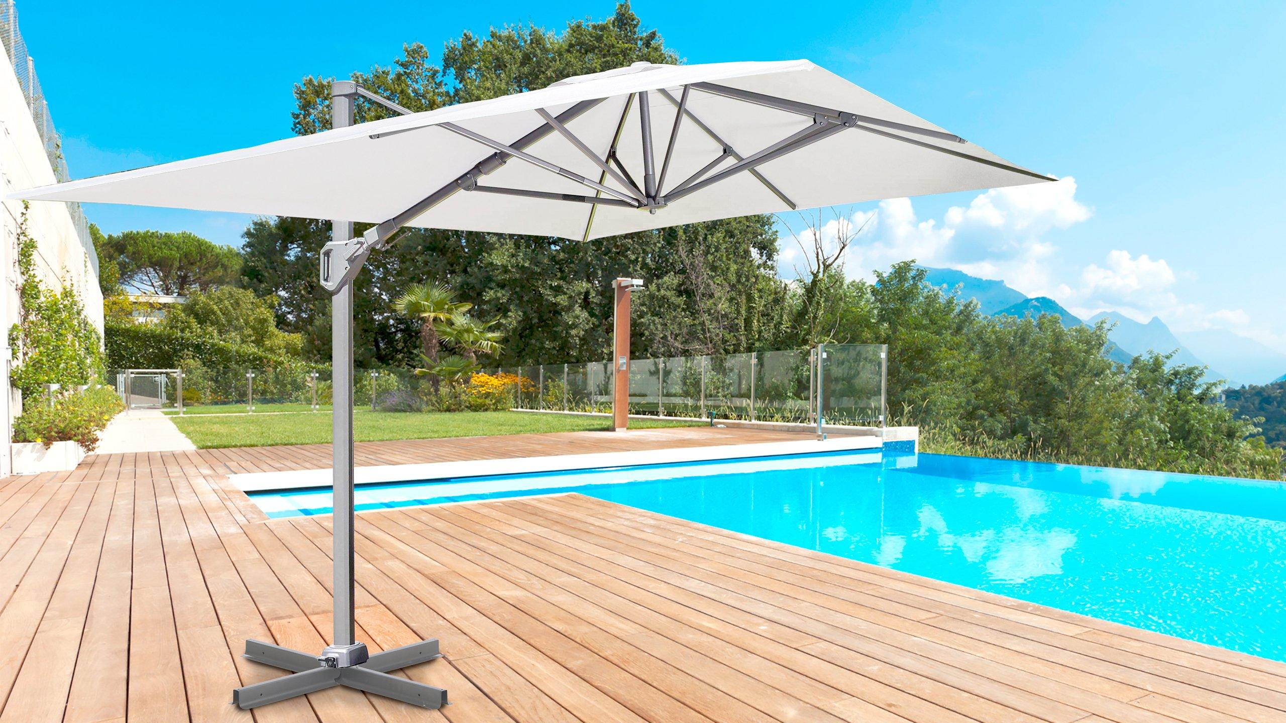 Sonnenschirm auf der Terrasse vor einem Pool