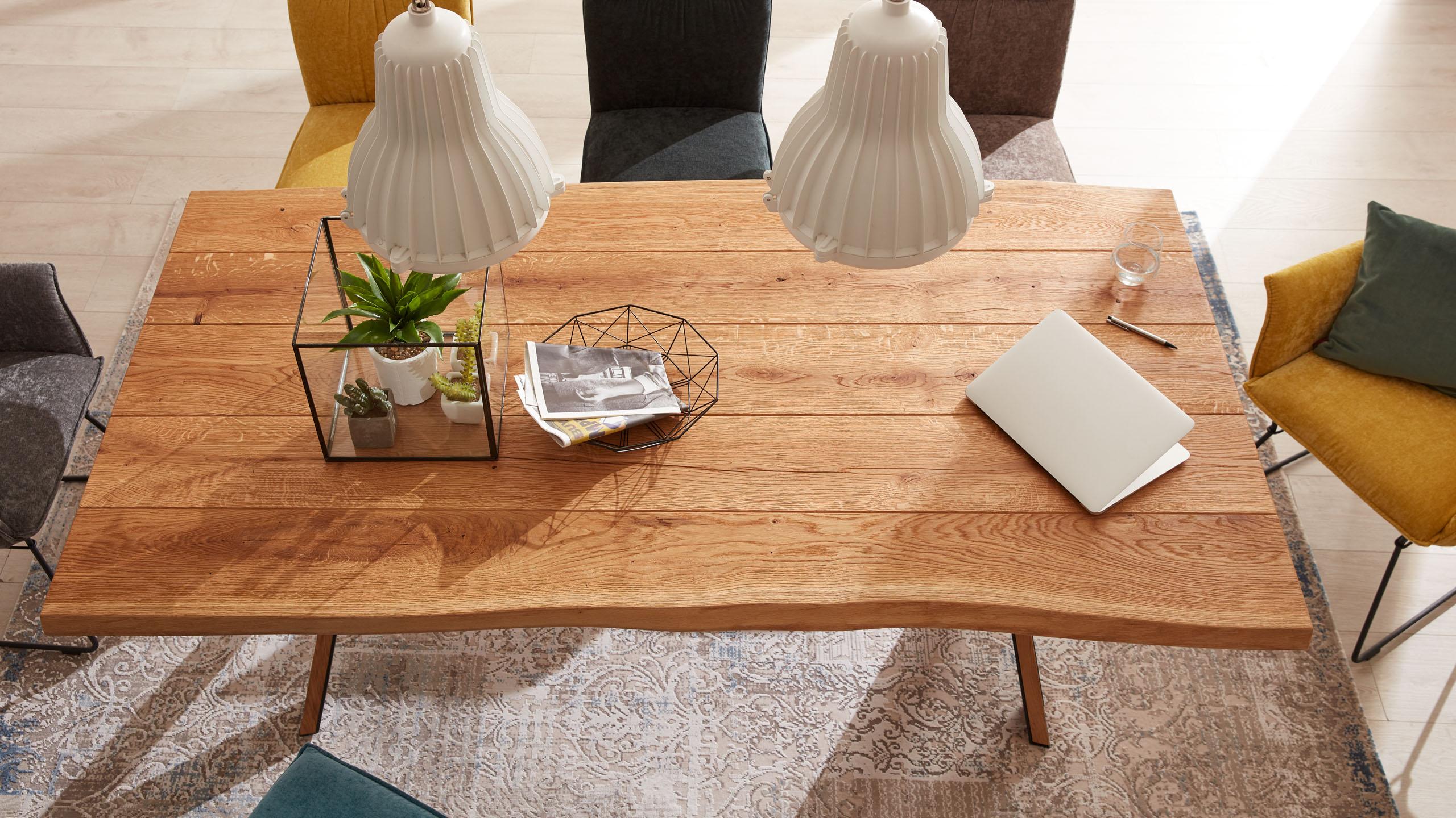 Tischplatte aus Holz mit natürlicher Baumkante