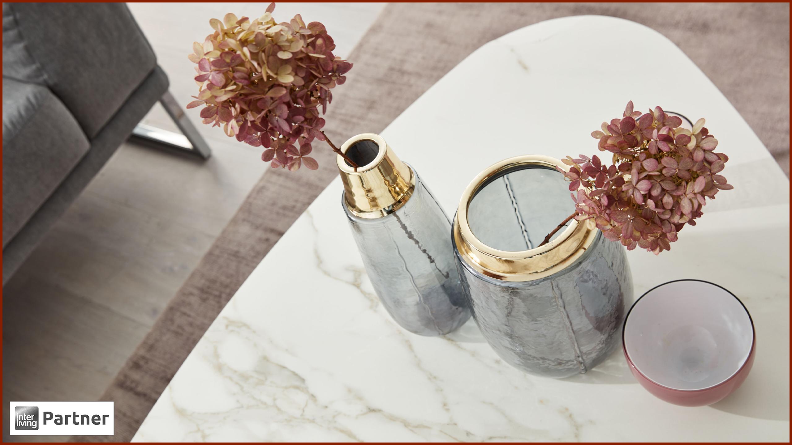 Vasen mit goldenen Verzierungen auf Tisch