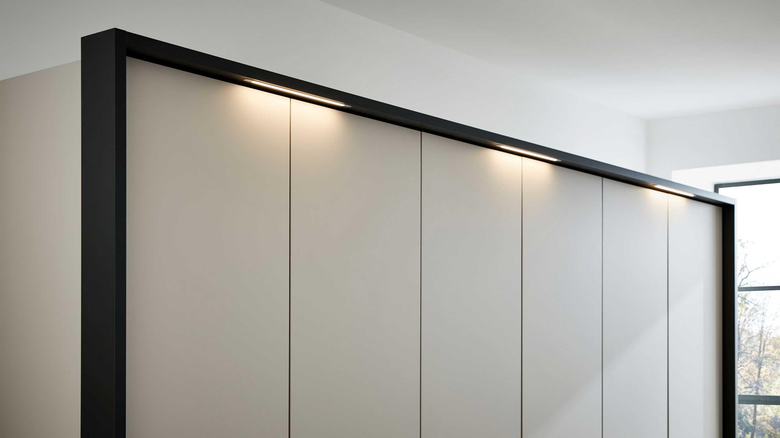 LED Aufsatzleuchten am Kleiderschrank